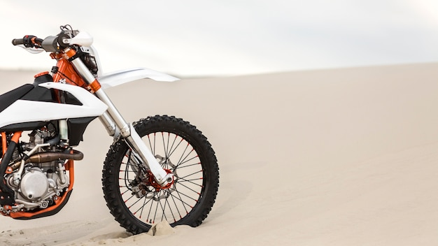 Stilvolles motorrad in der wüste geparkt