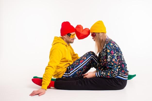 Stilvolles niedliches paar von mann und frau in bunten kleidern