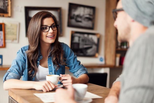 Stilvolles paar, das im café spricht