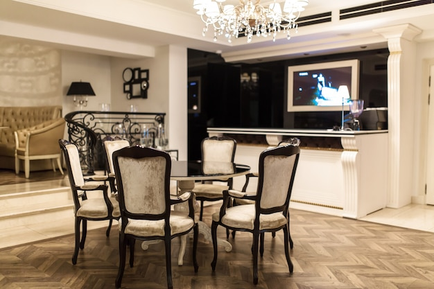 Stilvolles restaurant, kleiner runder tisch für 5 personen, in der nähe der bar