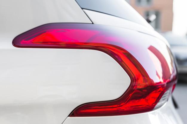 Stilvolles rücklicht auf neuem weißem auto auf der straße