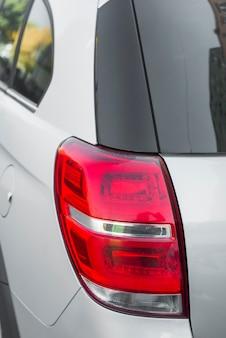 Stilvolles rücklicht bei neuem silbernem automobil