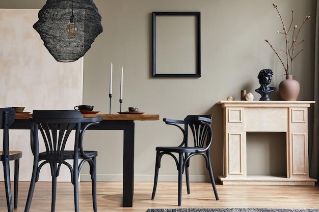 Stilvolles rustikales interieur des esszimmers mit walnussholztisch, retro-stühlen, dekoration, kamin, trockenblume, kerzenständer-bilderrahmen und teppich in minimalistischer wohnkultur.
