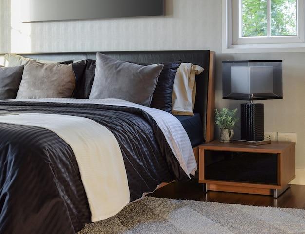 Stilvolles schlafzimmerinnendekorativ mit moderner nachttischlampe