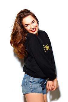 Stilvolles schönes junges glückliches lächelndes frauenmodell des zaubers mit den roten lippen im hippie-stoff des blauen schwarzen