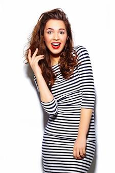 Stilvolles schönes junges glückliches lächelndes frauenmodell des zaubers mit den roten lippen im zebrakleid