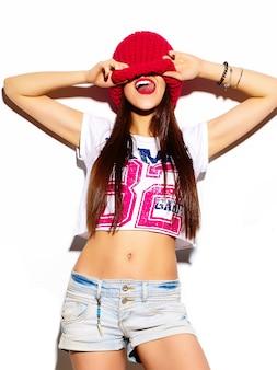 Stilvolles schönes modell der jungen frau des blickes der hohen mode zauber mit den roten lippen im hellen bunten hippie-stoff des sommers