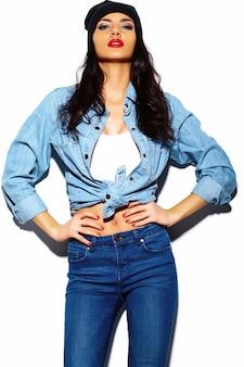 Stilvolles schönes modell der jungen frau des blickes der hohen mode zauber mit den roten lippen im hellen bunten jeanshippie-stoff des sommers im schwarzen beanie