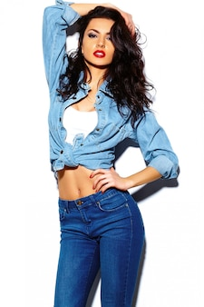Stilvolles schönes modell der jungen frau des blickes der hohen mode zauber mit den roten lippen im hellen bunten jeanshippie-stoff des sommers