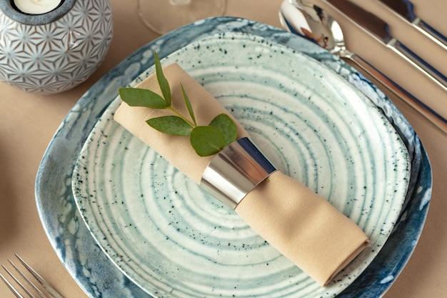 Stilvolles servieren auf einem grünen keramikteller mit baumwollserviette