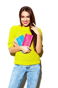 Stilvolles sexy lächelndes schönes modell der jungen frau des blickes der hohen mode zauber im hellen gelben zufälligen hippie-stoff des sommers mit kupplungsgeldbeutel