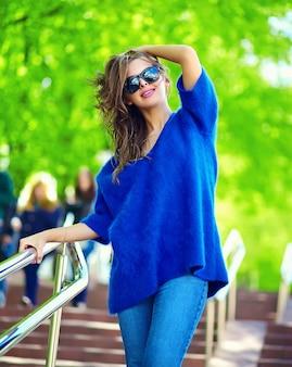 Stilvolles sexy lächelndes schönes sinnliches modell der jungen frau des blickes der hohen mode im hellen hippie-stoff des sommers in den blue jeans in der straße