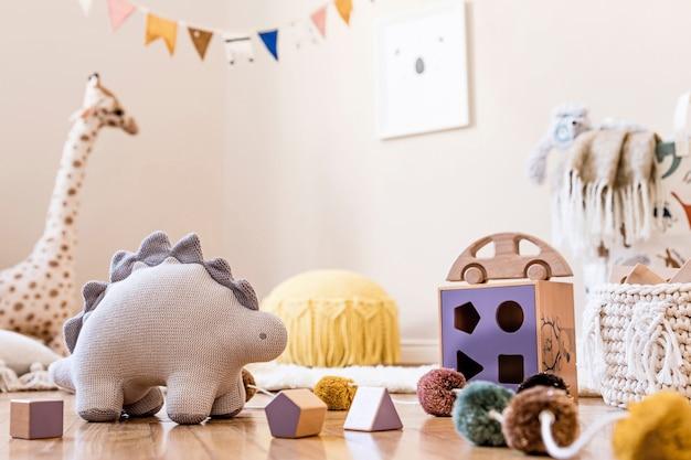 Stilvolles skandinavisches interieur des kinderzimmers mit natürlicher spielzeug- und zubehörvorlage