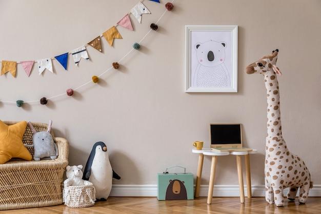 Stilvolles skandinavisches kinderzimmer mit mock-up-poster, spielzeug, teddybär, plüschtier, natürlichem hocker und kinderzubehör. modernes interieur mit beigen hintergrundwänden. vorlage. homestaging gestalten.