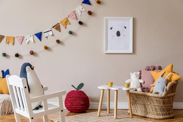 Stilvolles skandinavisches kinderzimmer mit spielzeug, teddybär, plüschtier, natürlichem hocker und kinderaccessoires. modernes interieur mit beigen hintergrundwänden. design home staging.