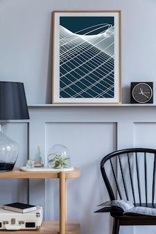 Stilvolles skandinavisches wohnzimmer mit schwarzem designstuhl, holzkonsole, luftpflanzen, buch, dekoration, poster im regal und eleganten accessoires in moderner wohnkultur.