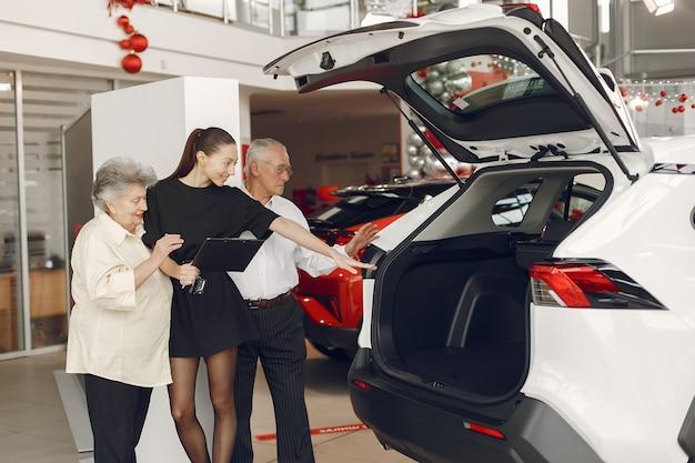 Stilvolles und elegantes altes ehepaar in einem autosalon