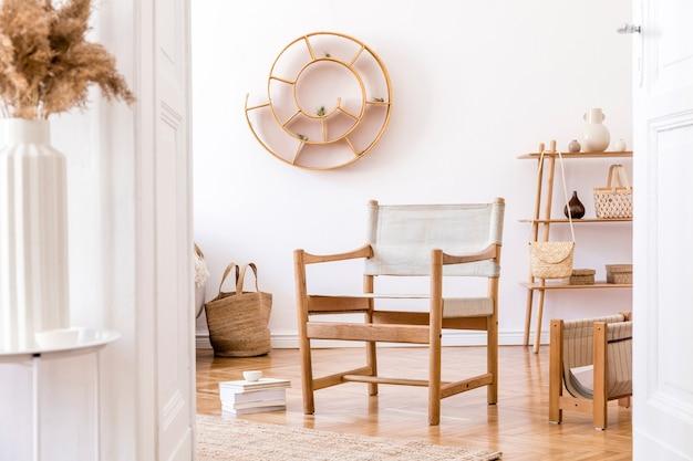 Stilvolles und gemütliches interieur des wohnzimmers mit rattan-accessoires, design-sessel, blumen in vase und holzregal. koreanischer stil der wohnkultur.