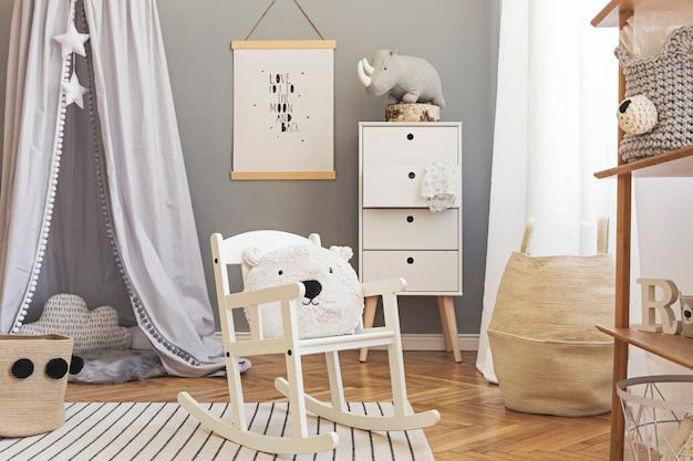 Stilvolles und helles skandinavisches dekor des neugeborenenzimmers mit mock-up-poster, weißen designmöbeln, naturspielzeug, hängendem grauem baldachin mit holzwiege, buchständer, accessoires und teddybären