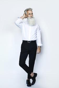 Stilvolles und hübsches gealtertes männliches modell, das auf weiß aufwirft