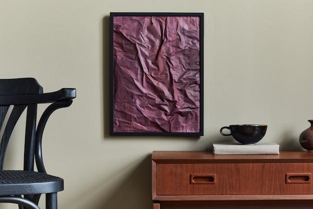 Stilvolles und luxuriöses interieur mit schwarzem rahmen, vasen, büchern, holzhockern, becher und eleganten wohnaccessoires.