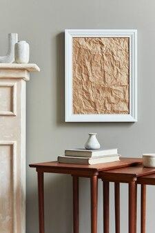 Stilvolles und luxuriöses interieur mit weißem mock-up-posterrahmen, vasen, büchern, holzhockern, becher und eleganten accessoires in der wohnkultur. vorlage.