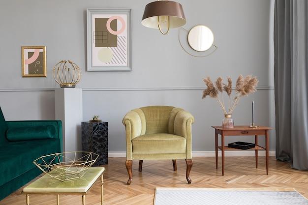 Stilvolles und luxuriöses wohnzimmer mit elegantem grünem samtsessel, sofa, couchtisch, marmorständern, designlampen, kunstgemälden und schicken wohnaccessoires.