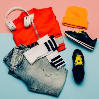 Stilvolles urban set. jeans. kniestrümpfe. bright sports summer outfit mütze kopfhörer
