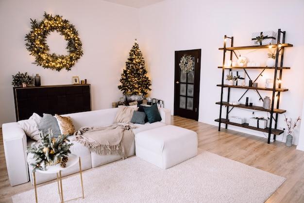Stilvolles weihnachtsinterieur dekoriert. komfort nach hause.