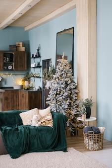 Stilvolles weihnachtswohnzimmer, dekoriert für das neue jahr