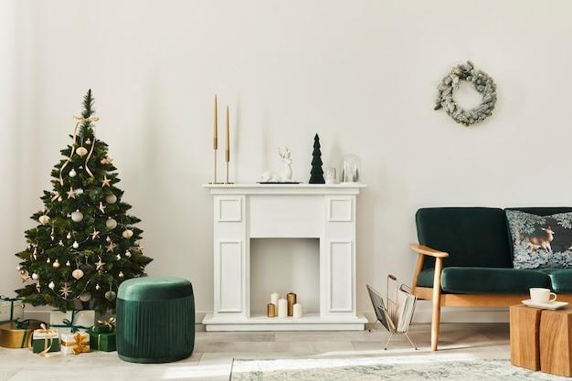Stilvolles weihnachtswohnzimmer mit grünem sofa, weißem kamin, weihnachtsbaum und kranz, geschenken und dekoration. der weihnachtsmann kommt. vorlage.