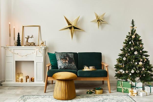 Stilvolles weihnachtswohnzimmer mit grünem sofa, weißem kamin, weihnachtsbaum und kranz, sternen, geschenken und dekoration. familienzeit. vorlage.