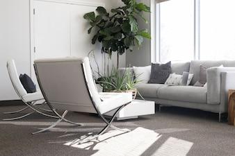 Stilvolles Wohnzimmer bei Tageslicht