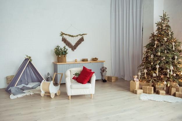 Stilvolles zimmerinterieur mit wunderschönem weihnachtsbaum und geschenkboxen