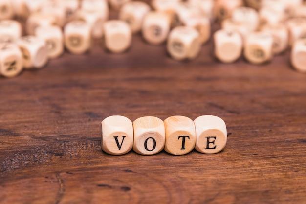 Stimmen sie wort auf vier hölzernen würfelwürfeln ab