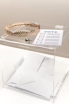 Stimmzettel und klarsichtschachtel mit umschlägen