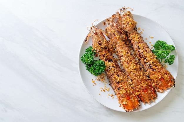 Stir fried mantis shrimps mit knoblauch auf weißem teller