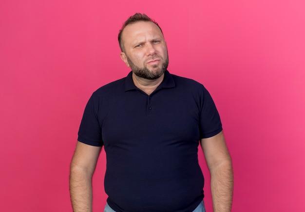 Stirnrunzelnder erwachsener slawischer mann, der isoliert schaut