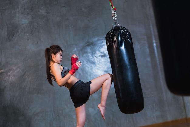 Stochernder boxsack des sexy asien-mädchens