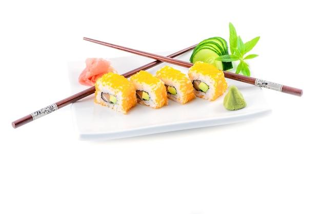 Stock foto von makis auf einem teller mit stäbchen präsentiert mit ingwer und wasabi