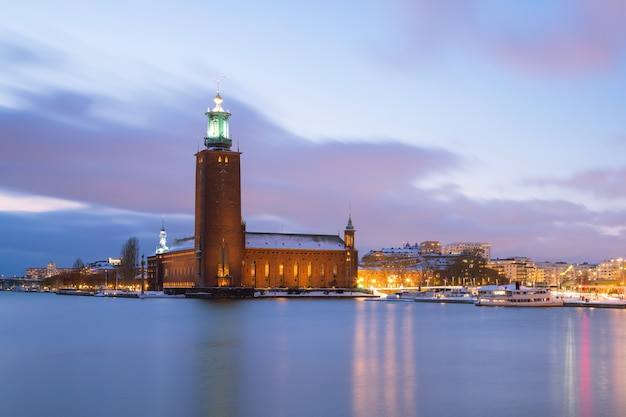 Stockholm city hall in der abenddämmerung schweden