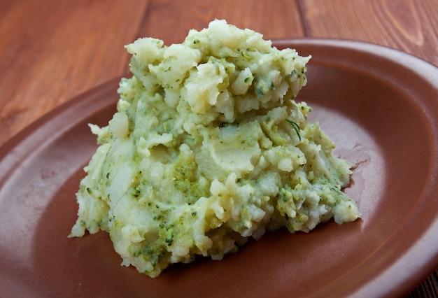 Stoemp - reichere brüsseler variante des stamppot-gerichts in der küche belgiens und der niederlande.mesh-kartoffeln mit rosenkohl.