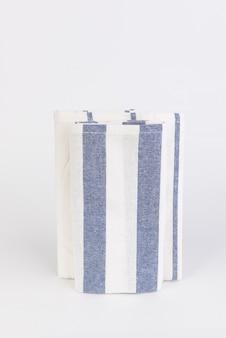 Stoff der blauen und weißen streifen auf weißem hintergrund