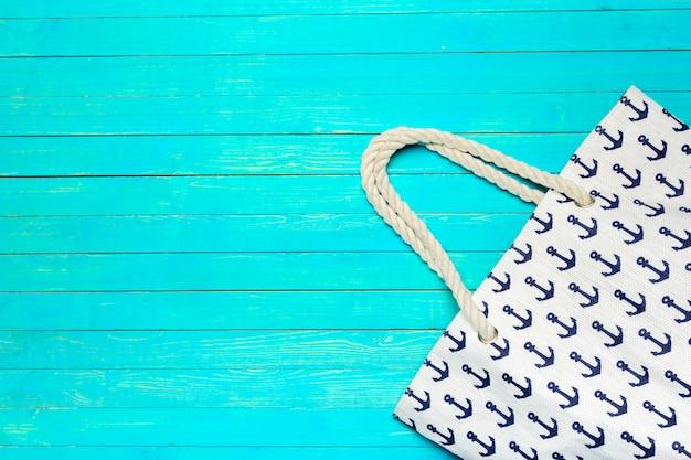 Stoff farbige strandtasche auf hellem purpleheart