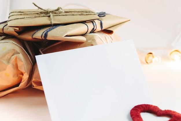 Stoff herz mit einem weißen umschlag und braunen pakete