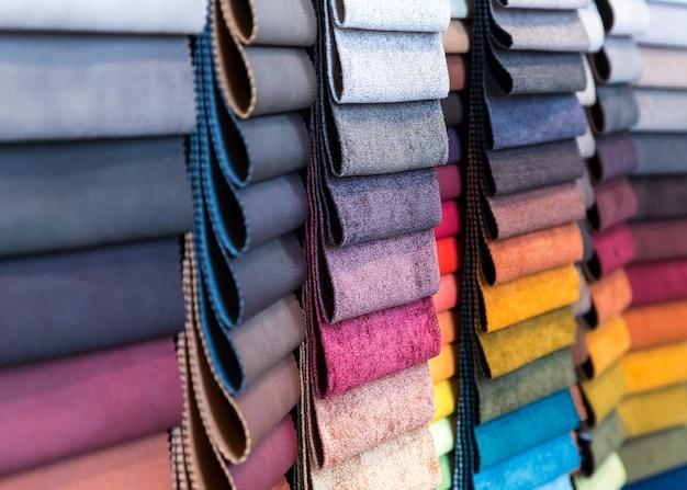 Stoff- und textilmuster in einem fabrikladen oder geschäft.