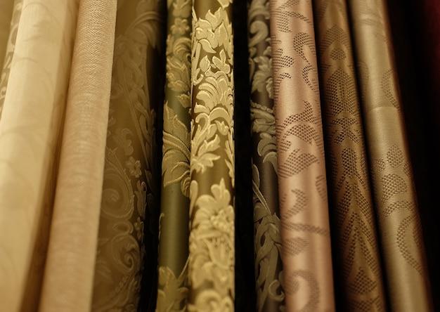 Stoffrollen und textilien im laden, nahaufnahme