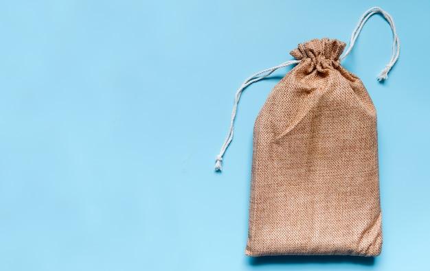 Stofftasche auf einem blauen hintergrund platziert
