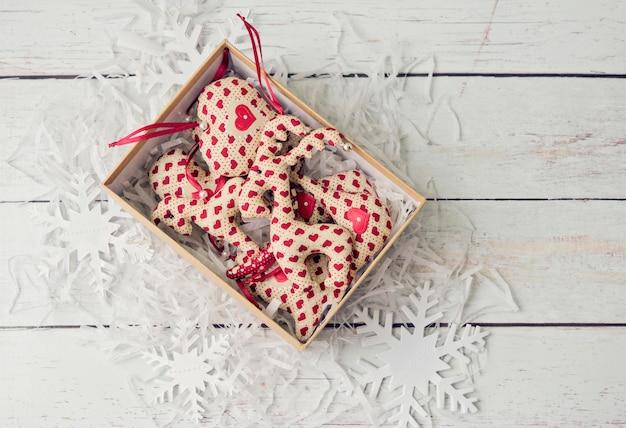 Stofftiere mit handgemachten weihnachtsschmuck
