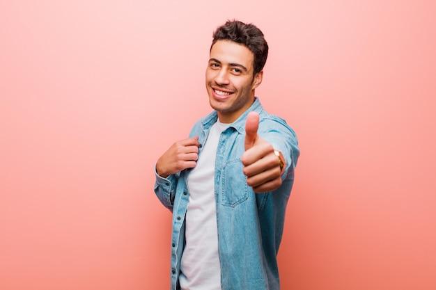 Stolz, sorglos, selbstbewusst und glücklich sein, positiv mit den daumen nach oben lächeln